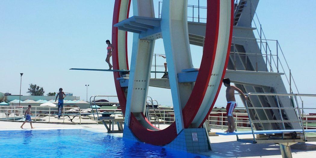 la piscina con i suoi trampolini